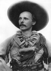 """Karl May als Old Shatterhand, 1896. Aufnahme laut """"Karl May und seine Zeit"""" von Max Welte. Quelle: Wikipedia / Karl-May-Wiki"""